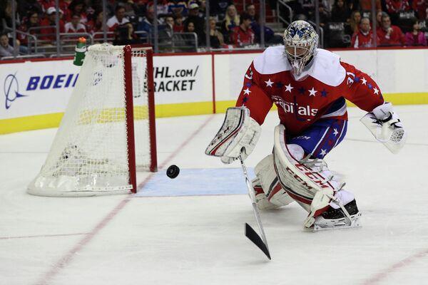 Немецкий вратарь клуба НХЛ Вашингтон Кэпиталз Филипп Грубауэр