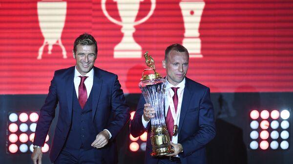 Главный тренер Спартака Массимо Каррера (справа) и полузащитник Спартака Денис Глушаков