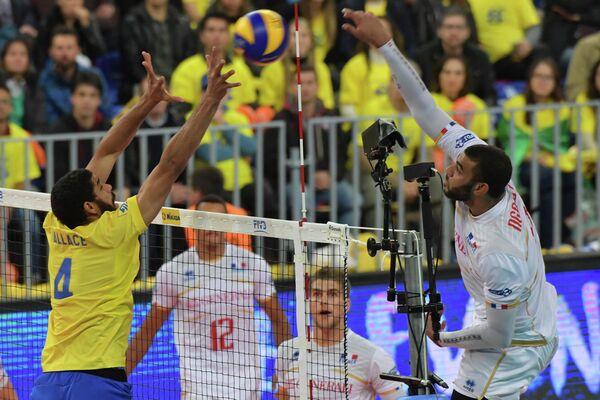 Волейболист сборной Франции Эрвин Нгапет (справа на первом плане)