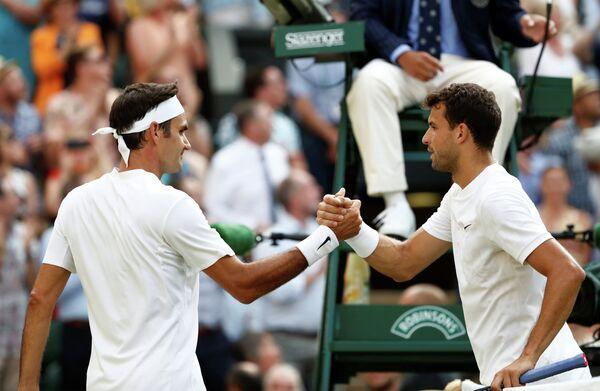 Швейцарский теннисист Роджер Федерер и болгарин Григор Димитров (слева направо)