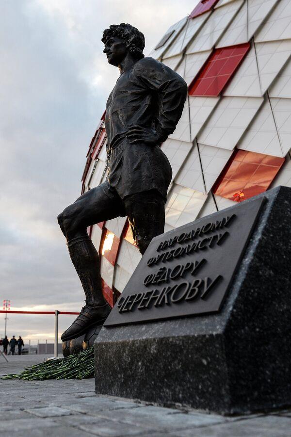 Памятник Фёдору Черенкову около стадиона Открытие Арена