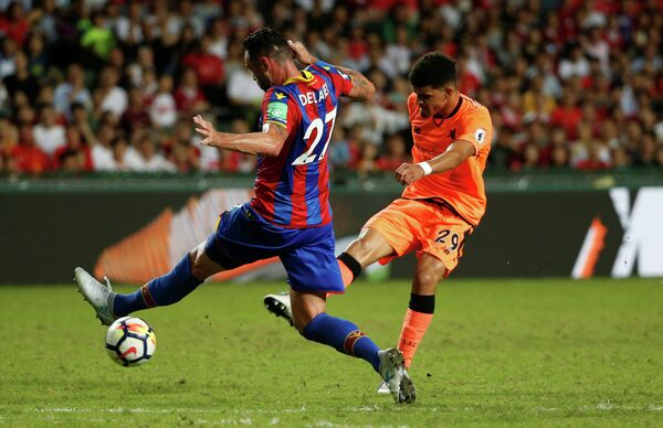 Нападающий Ливерпуля Доминик Соланке (справа) забивает гол в матче с Кристал Пэлас