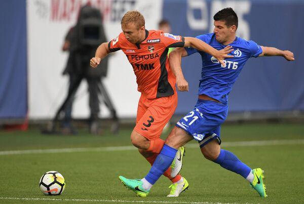 Защитник Урала Вараздат Ароян (слева) и нападающий Динамо Фатос Бечирай
