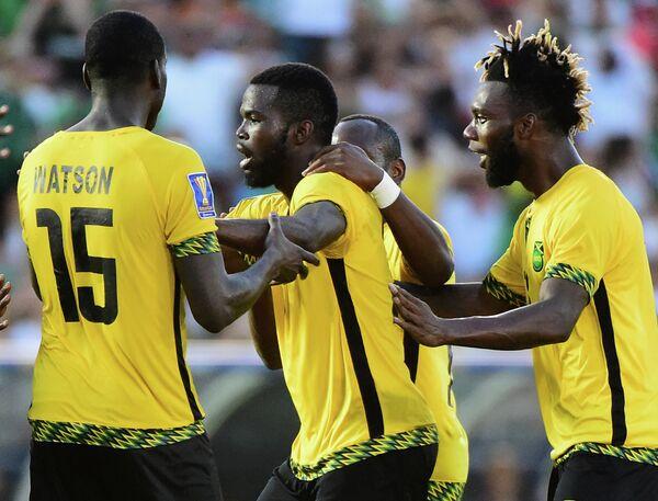 Защитник сборной Ямайки по футболу Кемар Лоуренс (второй слева)