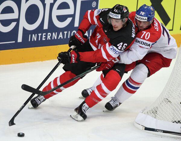 Нападающий сборной Чехии Радек Смоленяк (справа)