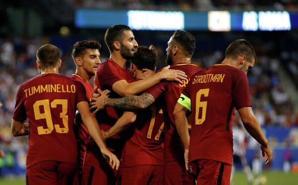 Футболисты Ромы радуются голу
