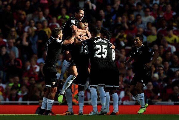 Футболисты Севильи радуются забитому мячу Стивена НЗонзи