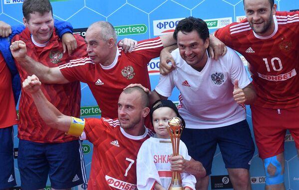 Игрок сборной России по пляжному футболу Антон Шкарин (в центре) на церемонии награждения