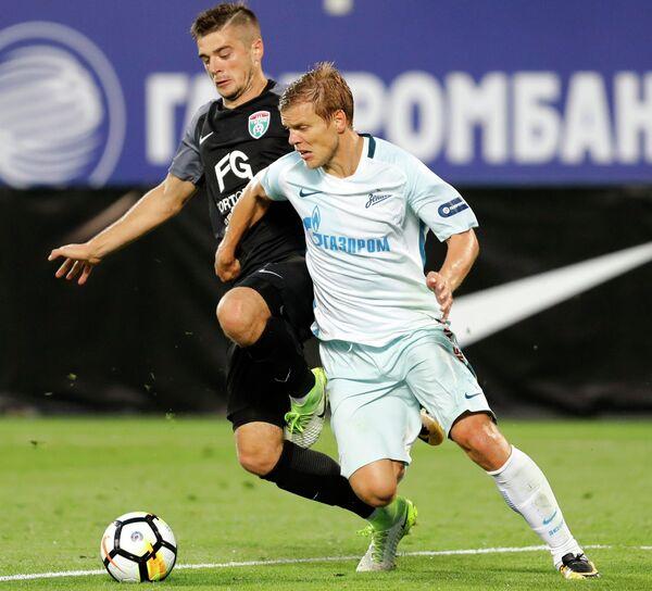 Игрок ФК Зенит Александр Кокорин (справа)