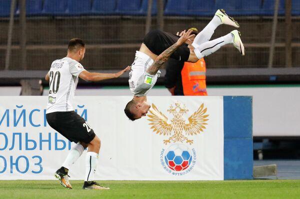 Футболисты Тосно Евгений Марков (слева) и Антон Заболотный