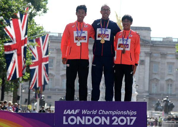 Церемония награждения призеров в спортивной ходьбе на 50 километров: Хирооки Араи, Йоанн Дини и Кай Кобаяси (слева направо)