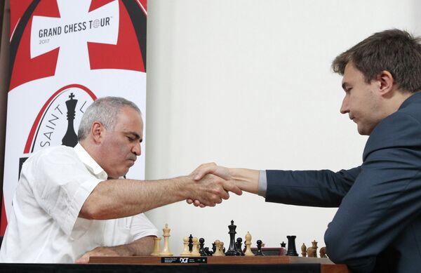 Гарри Каспаров (слева) и Сергей Карякин