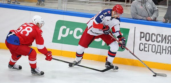 Форвард ПХК ЦСКА Валерий Ничушкин (справа)