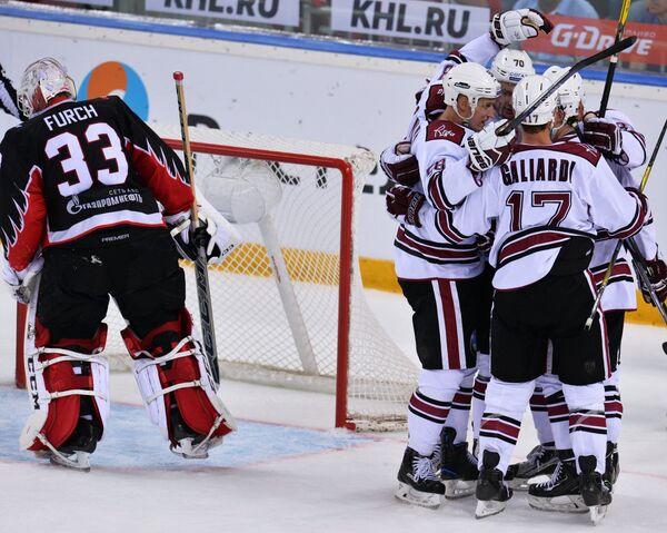 Хоккеисты Динамо (Рига) радуются забитой шайбе
