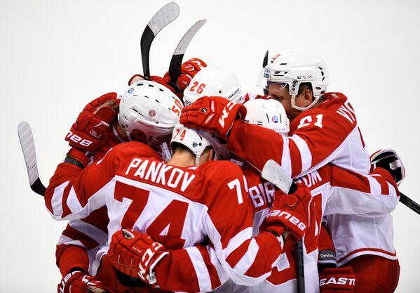 Хоккеисты Витязя радуются заброшенной шайбе