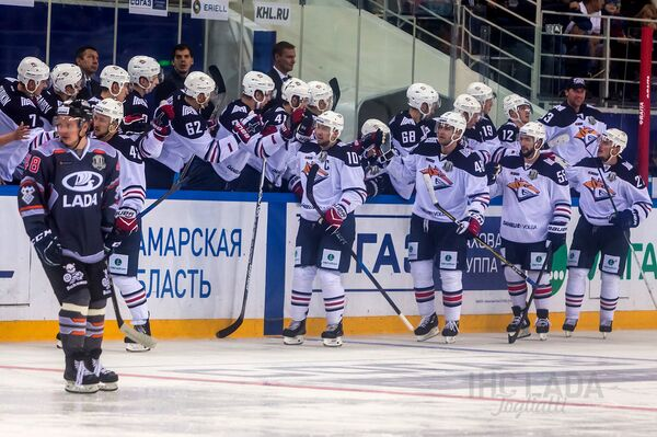 Хоккеисты магнитогорского Металлурга радуются заброшенной шайбе в ворота Лады
