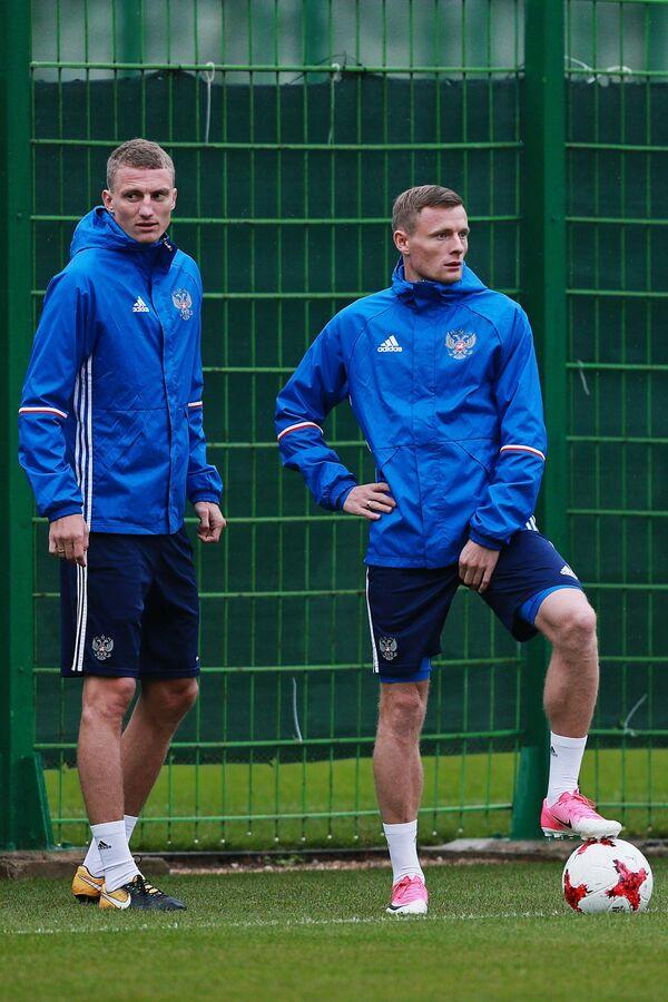 Футболисты сборной России Виталий Шахов (слева) и Евгений Чернов