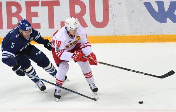 Защитник Динамо Илья Никулин (слева) и форвард Йокерита Эли Толванен