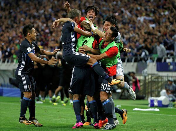 Футболисты сборной Японии радуются победе
