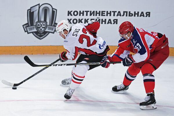Форвард Авангарда Андрей Стась (слева) и защитник ЦСКА Алексей Марченко