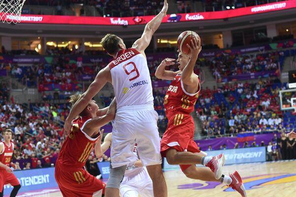 Центровой сборной Турции Семих Эрден и защитник сборной России Дмитрий Хвостов (справа)