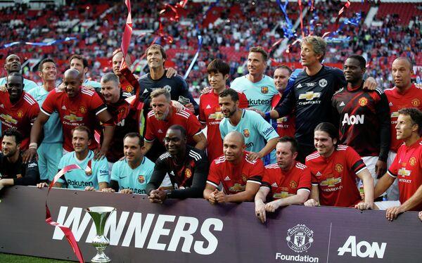 Бывшие футболисты Манчестер Юнайтед и Барселоны после окончания благотворительного матча