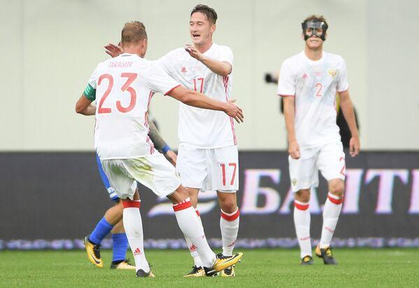 Футболисты сборной России Дмитрий Тарасов, Антон Миранчук и Марио Фернандес (слева направо)