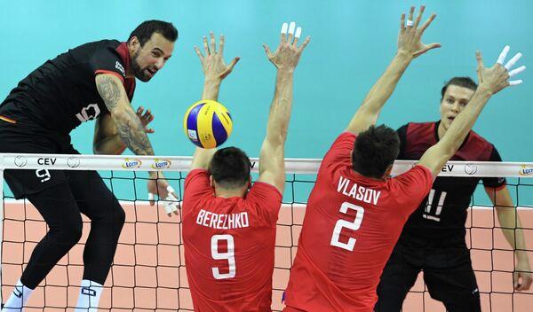 Диагональный сборной России по волейболу Юрий Бережко и центральный блокирующий Илья Власов (слева направо спиной)