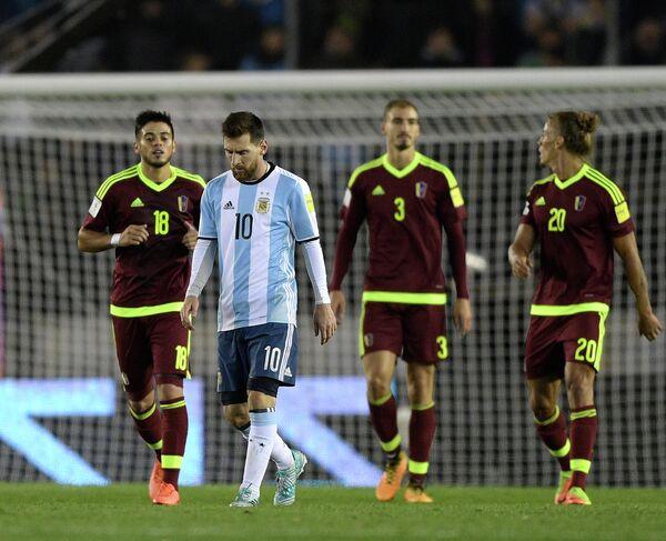 Нападающий сборной Аргентины Лионель Месси (второй слева)
