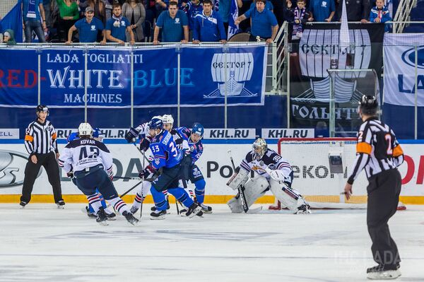 Игровой момент матча между тольяттинской Ладой и магнитогорским Металлургом