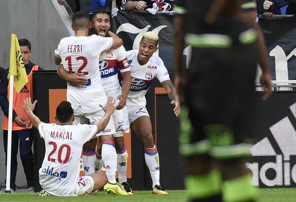 Футболисты Лиона радуются забитому мячу Набиля Фекира