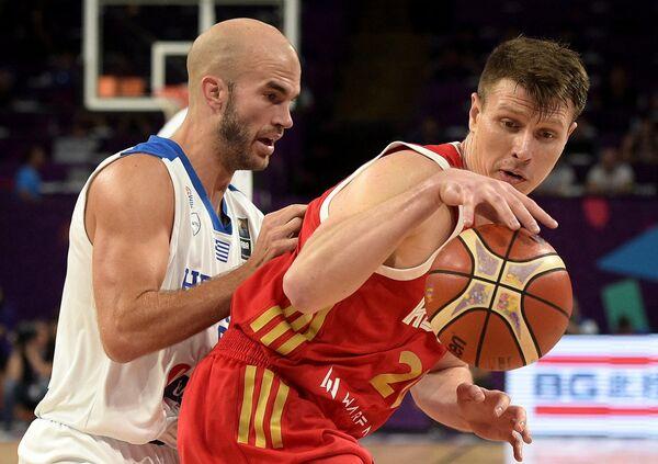 Форвард сборной России Андрей Воронцевич (справа) и защитник сборной Греции Ник Калатес
