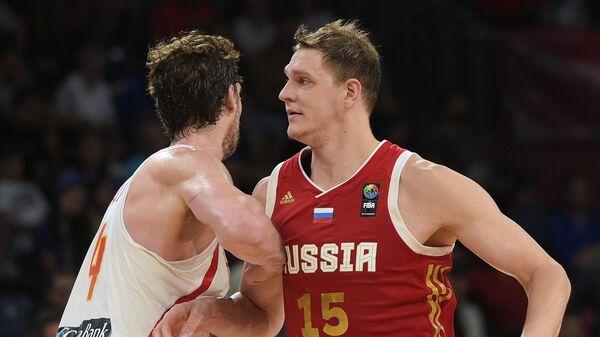 Центровой сборной Испании По Газоль (слева) и центровой сборной России Тимофей Мозгов