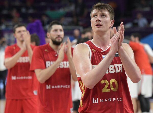 Баскетболисты сборной России Андрей Воронцевич, Никита Курбанов и Семен Антонов (справа налево)