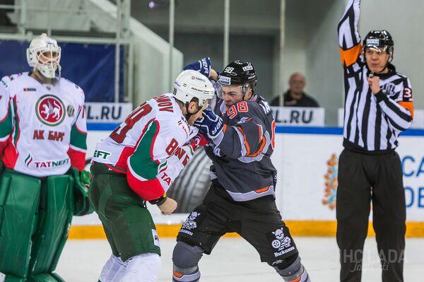 Нападающие казанского ак Барса Артем Лукоянов и тольяттинской Лады Дамир Рахимуллин (слева направо)