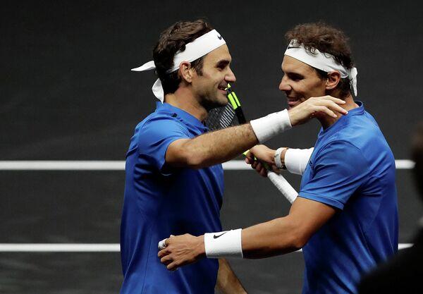 Швейцарский теннисист Роджер Федерер и испанец Рафаэль Надаль (слева направо)