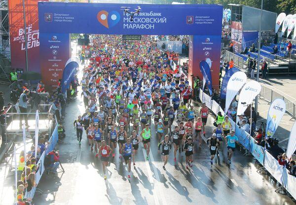 Участники на дистанции Московского марафона 2017