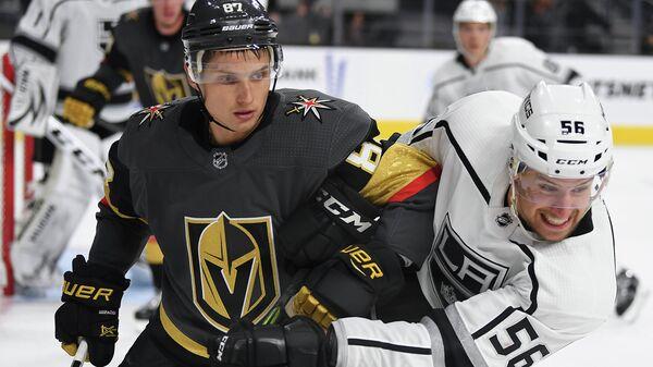 Нападающий Вегаса Вадим Шипачев (слева) и защитник Лос-Анджелеса Кертис Макдермид