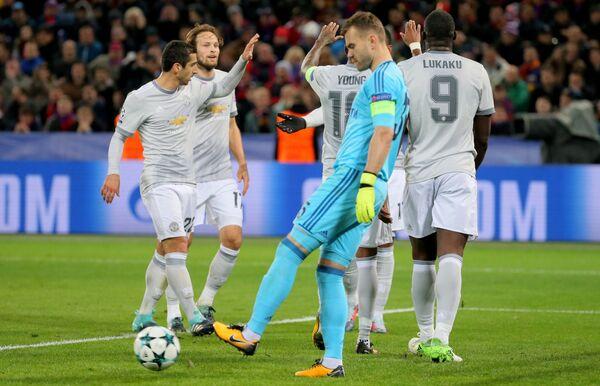 Вратарь ЦСКА Игорь Акинфеев (в центре на первом плане) и футболисты Манчестер Юнайтед