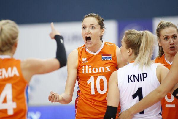 Диагональная сборной Нидерландов по волейболу Лоннеке Слёйтьес (в центре)