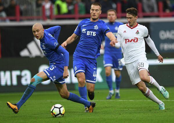 Игрок Локомотива Алексей Миранчук, игроки Динамо Тони Шуньич и Себастьян Хольмен (справа налево)