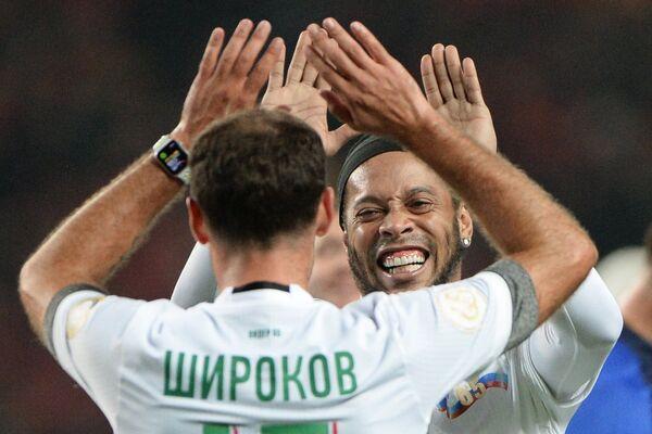Футболисты команды Лидер-65  Роман Широков и Роналдиньо (справа)