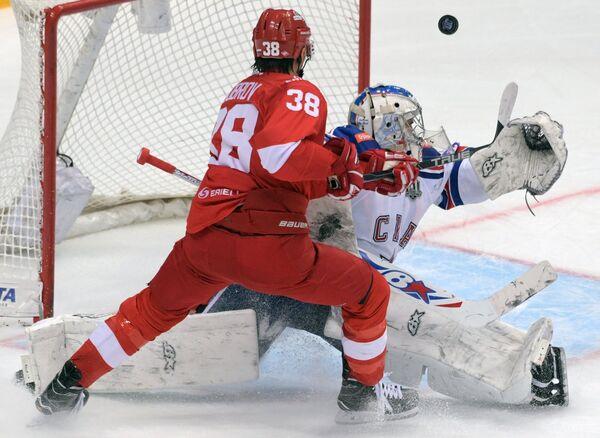 Форвард Спартака Виктор Бобров (слева) и вратарь ХК СКА Игорь Шестёркин