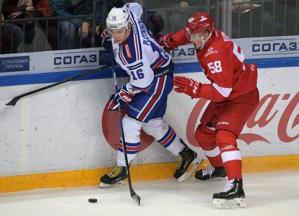Игрок ХК Спартак Дмитрий Юдин (справа) и игрок ХК СКА Сергей Плотников