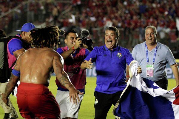 Главный тренер сборной Панамы по футболу Дарио Гомес (второй справа)