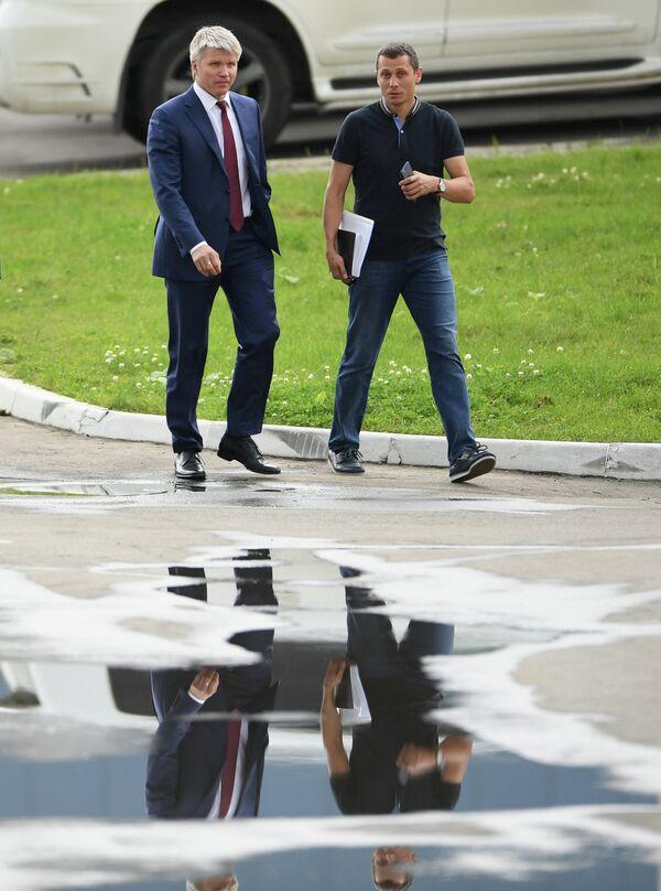 Министр спорта РФ Павел Колобков (слева) и главный тренер национальной сборной России по легкой атлетике Юрий Борзаковский