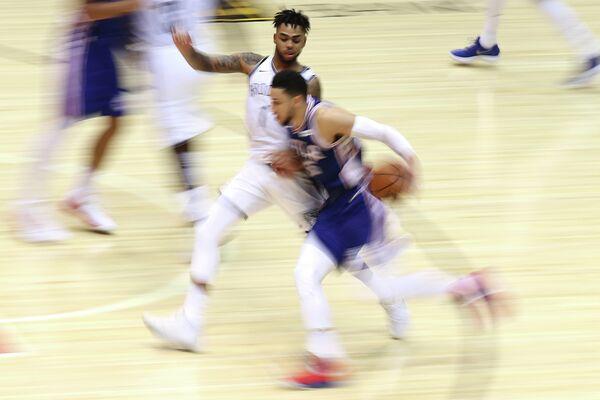 Защитник клуба НБА Бруклин Нетс Д'Анджело Расселл и форвард Филадельфии Севенти Сиксерс Бен Симмонс (слева направо)