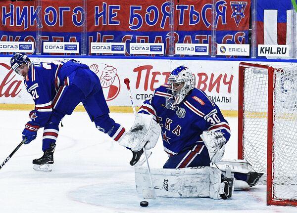 Игроки ХК СКА Игорь Шестёркин (справа) и Сергей Калинин