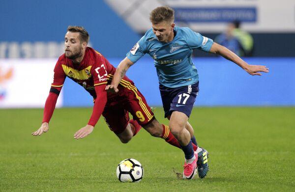 Защитник Арсенала Кирилл Комбаров (слева) и полузащитник Зенита Олег Шатов