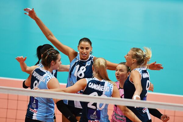 Волейболистки казанского Динамо радуются выигранному очку